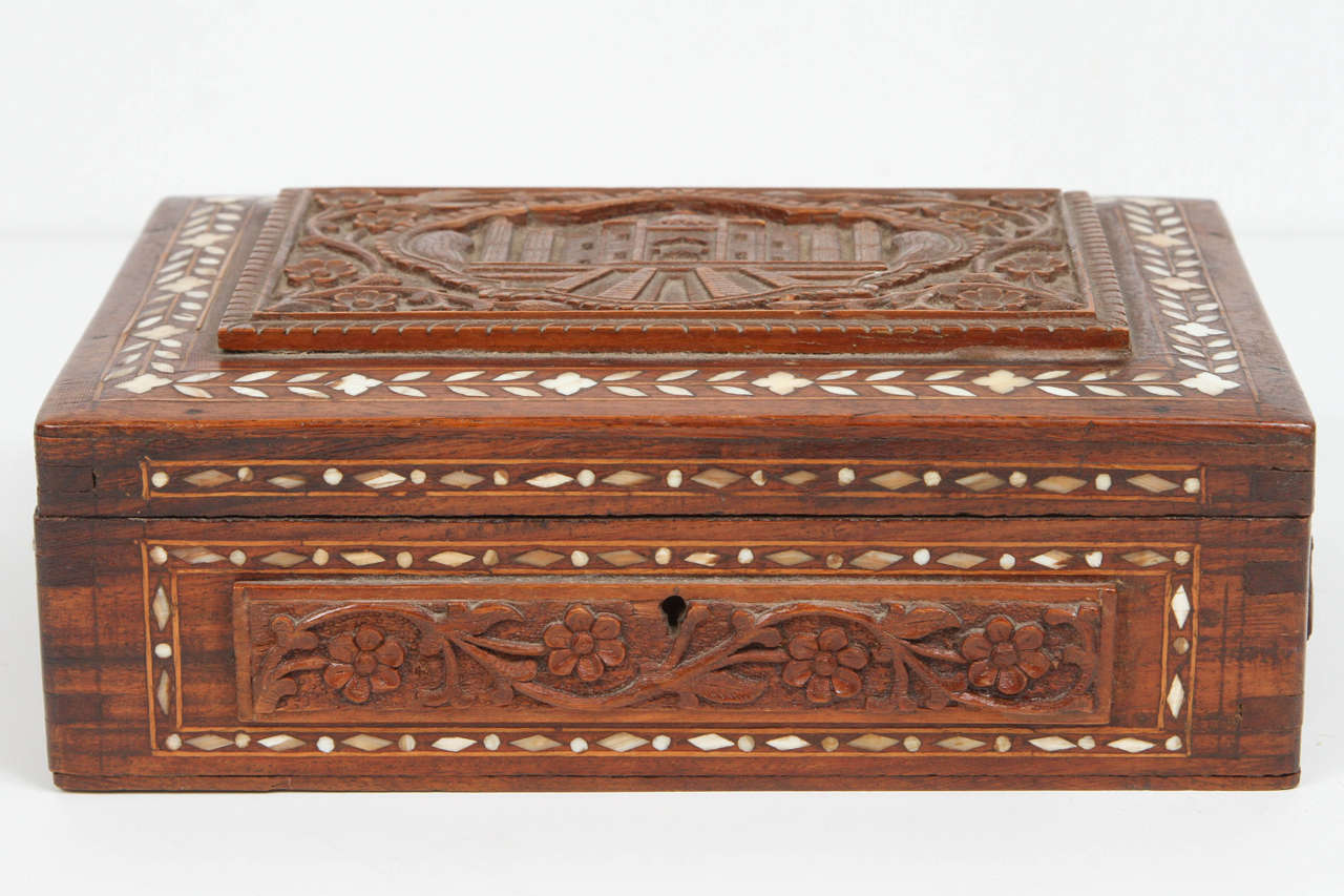 19th century Anglo-Indian wood box, inlaid with bone and hand carved with the Taj Mahal and some flowers all around. Jewelry box, Anglo-Raj box from India in great condition.