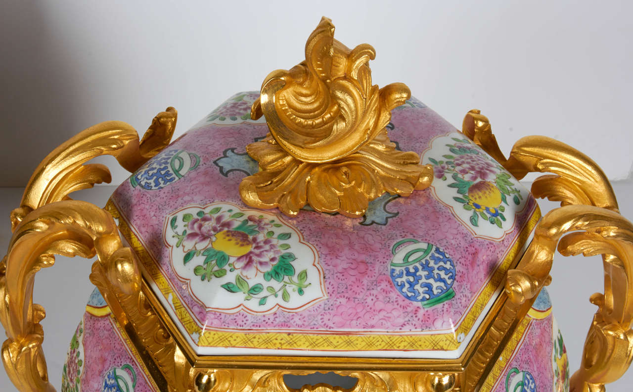 Louis XVI Pair of Antique Chinese Export Porcelain and Ormolu-Mounted Covered Potpourris For Sale