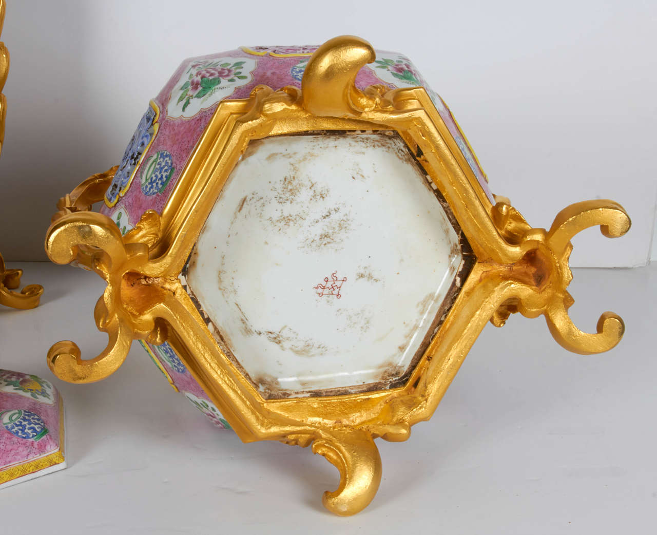 French Pair of Antique Chinese Export Porcelain and Ormolu-Mounted Covered Potpourris For Sale
