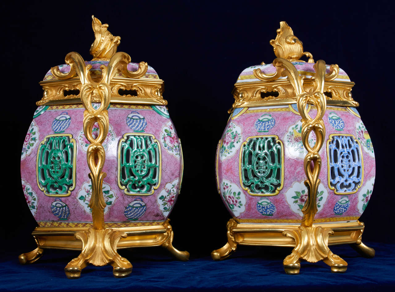 Bronze Pair of Antique Chinese Export Porcelain and Ormolu-Mounted Covered Potpourris For Sale