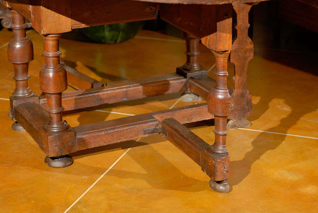 18th Century Oval English Oak Drop-Leaf & Gate Leg Dining Table image 3