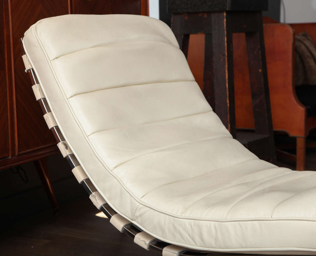 White Leather Chaises Longue at 1stdibs