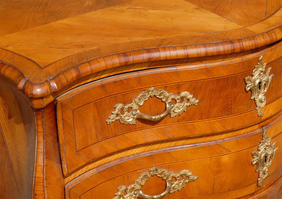 18th Century Swedish Period Rococo Serpentine Wood Three-Drawer Chest In Good Condition For Sale In Atlanta, GA