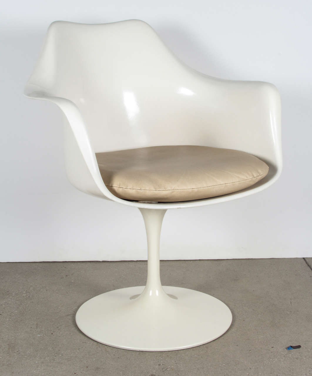vintage tulip chair by saarinen for knoll international for sale at 1stdibs. Black Bedroom Furniture Sets. Home Design Ideas