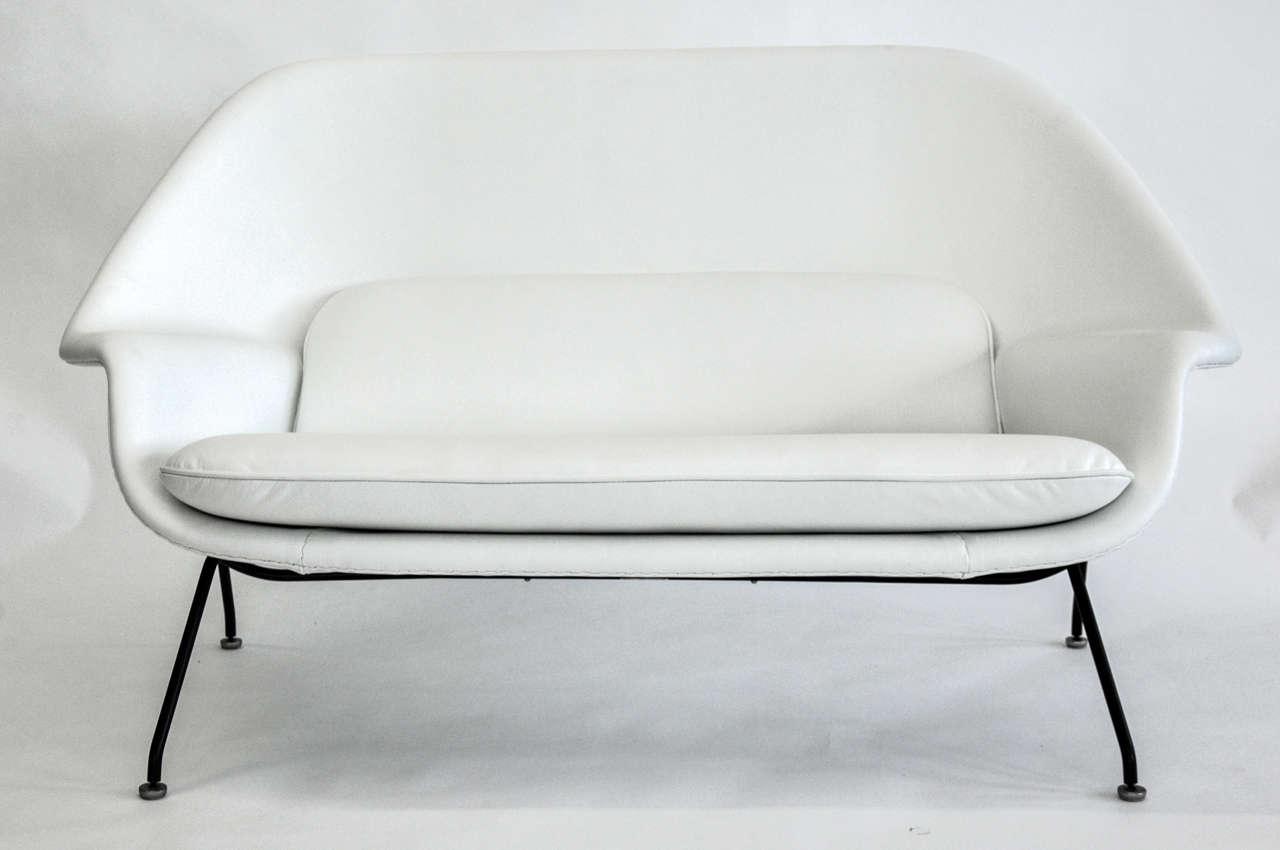 Eero Saarinen For Knoll Womb Settee Usa Circa 1960s Red In Supple White