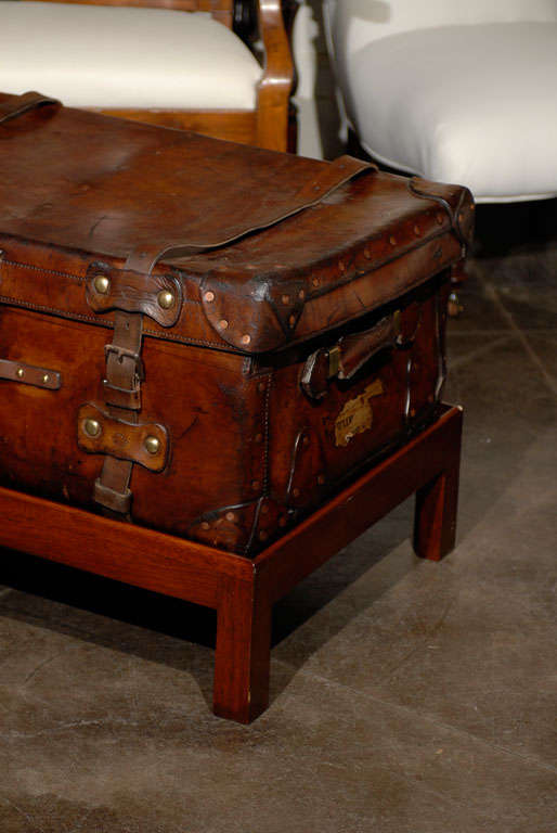 English 19th Century Leather Travel Trunk on Rectangular Mahogany Wooden Stand In Good Condition For Sale In Atlanta, GA