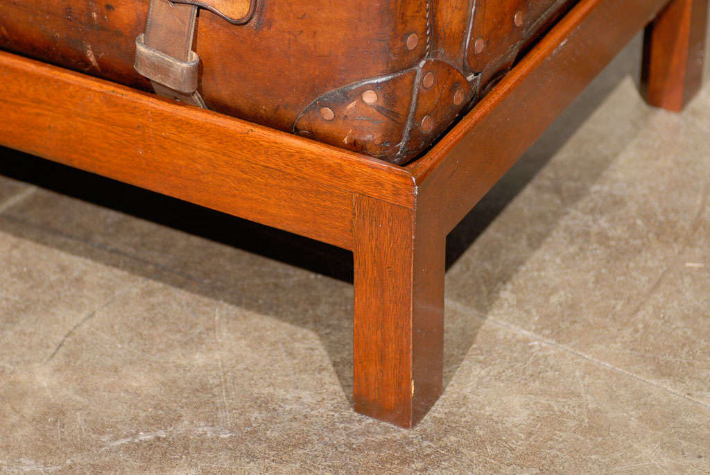 English 19th Century Leather Travel Trunk on Rectangular Mahogany Wooden Stand For Sale 2