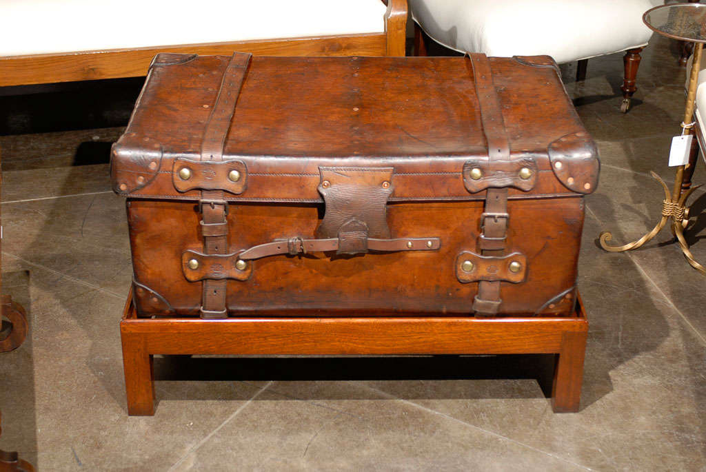 English 19th Century Leather Travel Trunk on Rectangular Mahogany Wooden Stand For Sale 4