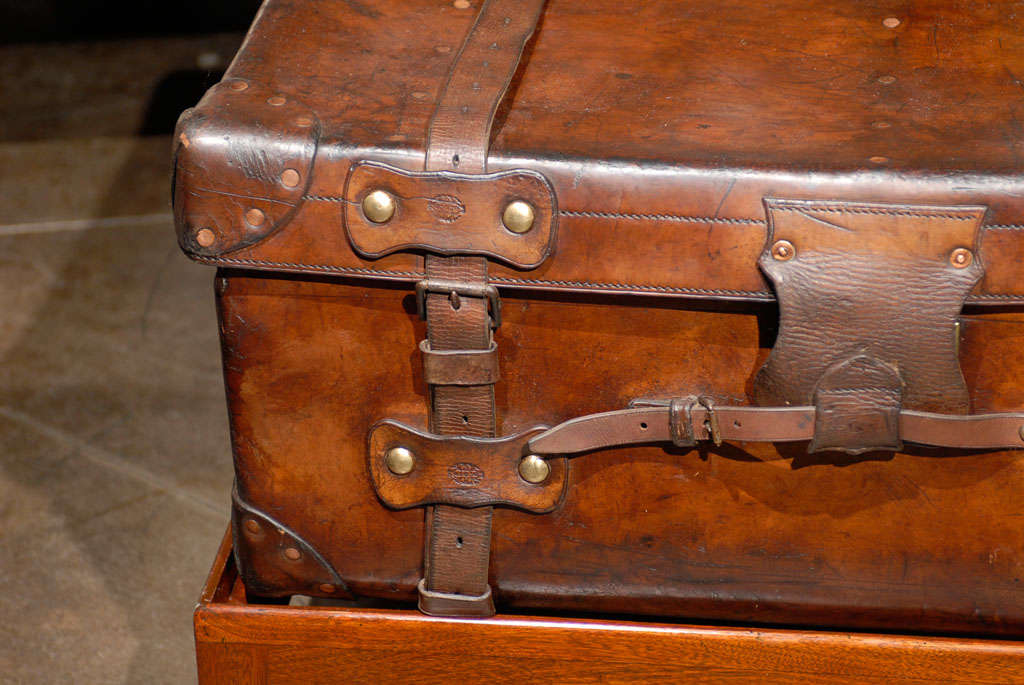 English 19th Century Leather Travel Trunk on Rectangular Mahogany Wooden Stand For Sale 5