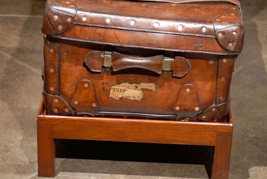 English 19th Century Leather Travel Trunk on Rectangular Mahogany Wooden Stand For Sale 6