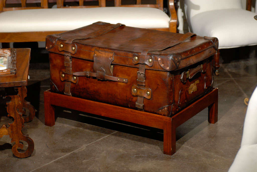 English 19th Century Leather Travel Trunk on Rectangular Mahogany Wooden Stand For Sale 7