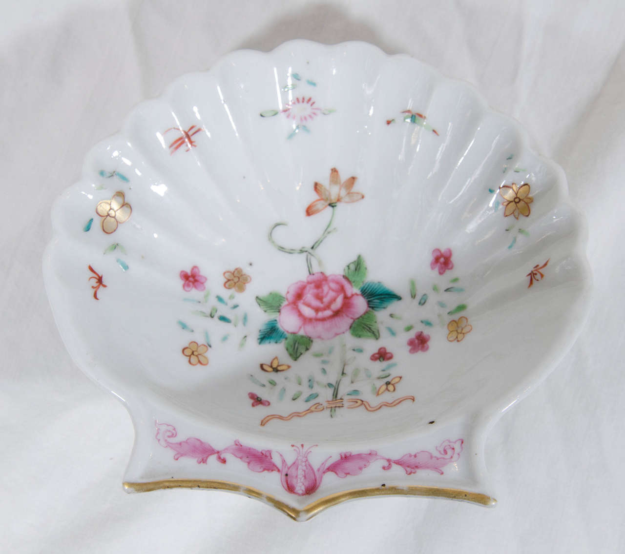 A pair of delicate shell shaped Chinese export dishes made in the 18th century. They are painted in soft famille rose colors featuring a pink peony among green and turquoise leaves.  Dimensions: 5.5