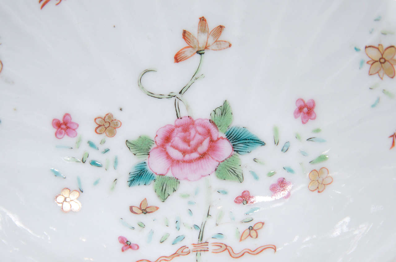 Chinese Export Pair of Small Chinese Famille Rose Porcelain Shell Dishes Made circa 1785 For Sale