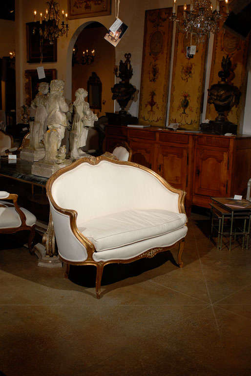 French, 1860s Louis XV Style Upholstered Giltwood Petite Sofa with Carved Crest For Sale 5