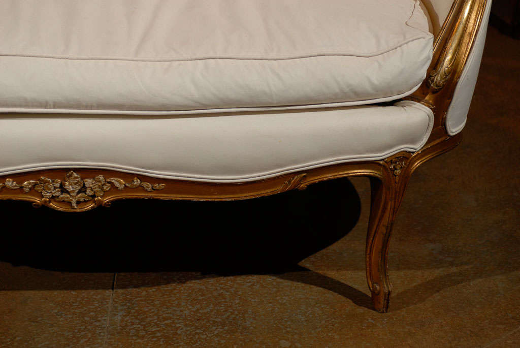 French, 1860s Louis XV Style Upholstered Giltwood Petite Sofa with Carved Crest For Sale 1