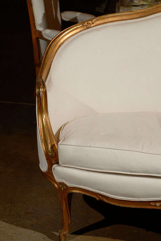 French, 1860s Louis XV Style Upholstered Giltwood Petite Sofa with Carved Crest For Sale 2