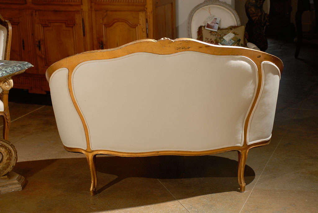 French, 1860s Louis XV Style Upholstered Giltwood Petite Sofa with Carved Crest For Sale 4
