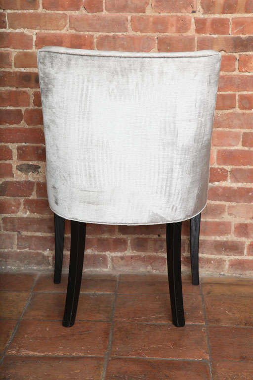 Set of Two Elegant Mid-Century Slipper Side Chairs In Excellent Condition For Sale In New York, NY