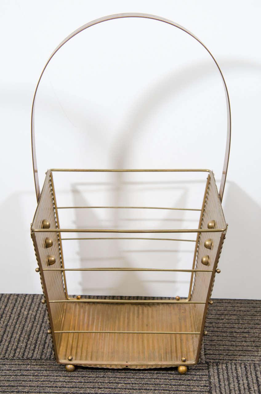 Italian Mid-Century Modern 1950s brass magazine basket. Original condition. Basket measures 11 3/8