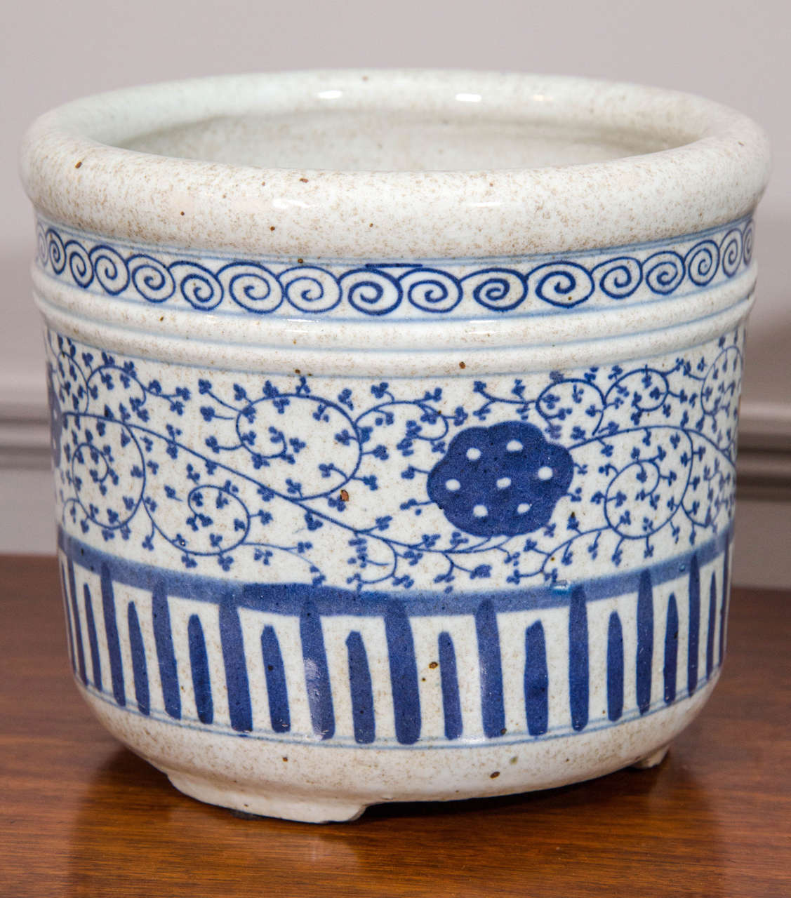 Pair of Blue and White Porcelain Pots In Excellent Condition For Sale In New York, NY