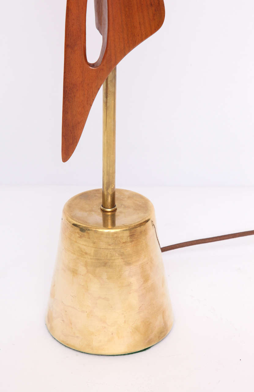 Mid-Century Modern 1950s Sculptural Amorphic Wood and Brass Table Lamp For Sale