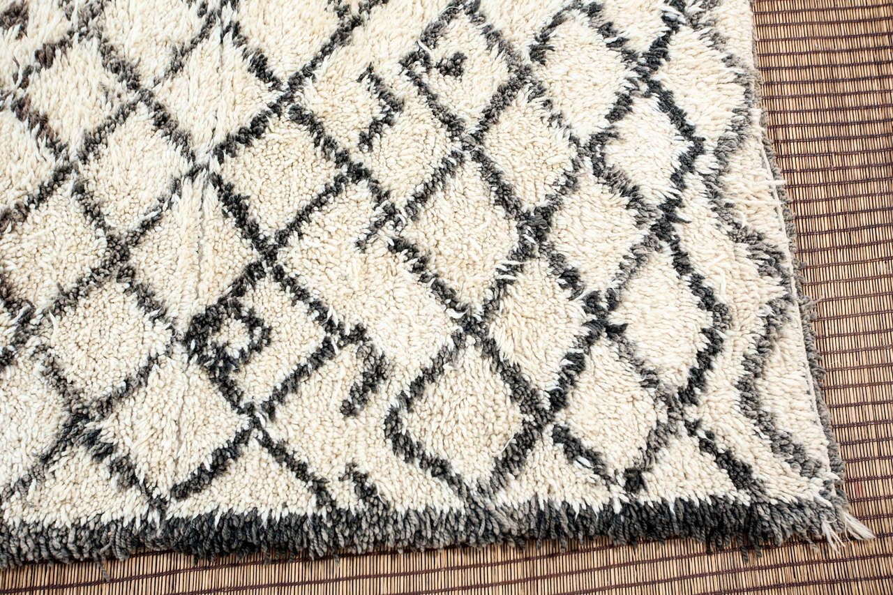 Vintage Mid Century Beni Ouarain Moroccan Rug In Good Condition For Sale In Los Angeles, CA