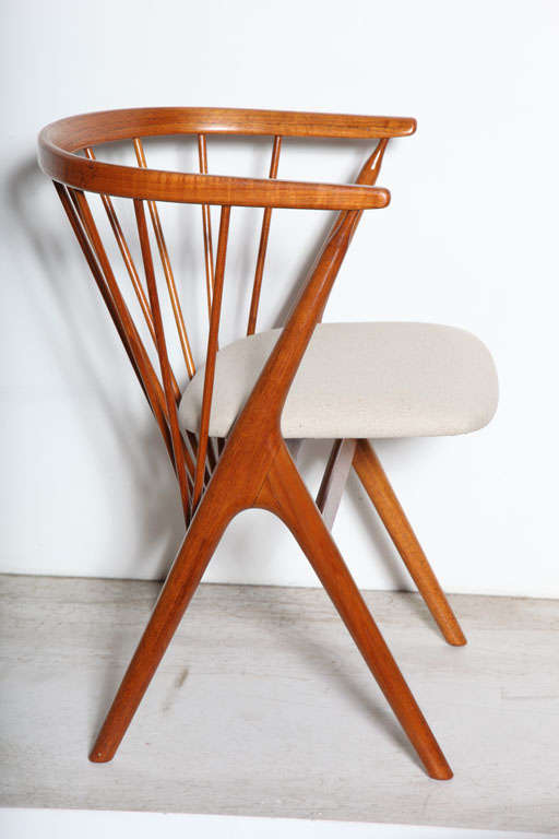 Set of 6 Teak Spindle Back Round Chairs 3