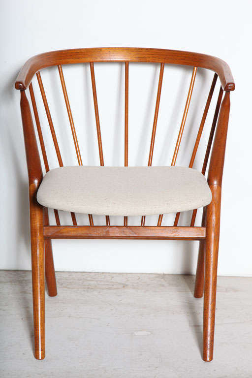Set of 6 Teak Spindle Back Round Chairs 6