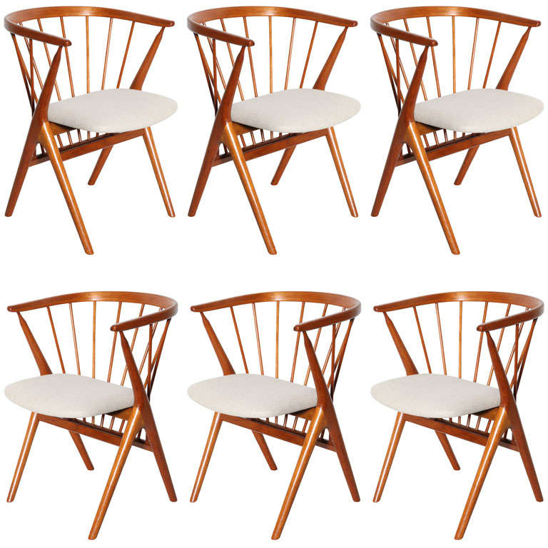Set of 6 Teak Spindle Back Round Chairs 1