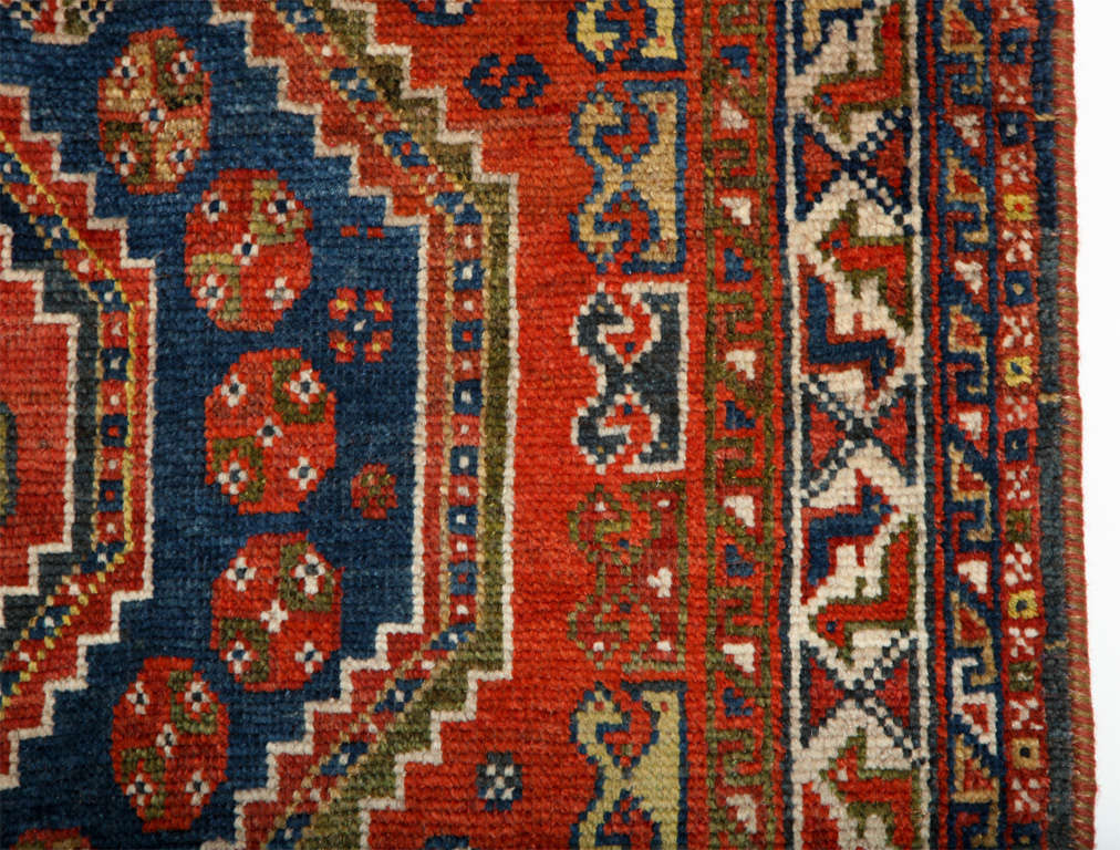 Persian Qashqai Carpet in Pure Wool and Organic Vegetable Dyes, circa 1900 For Sale 3
