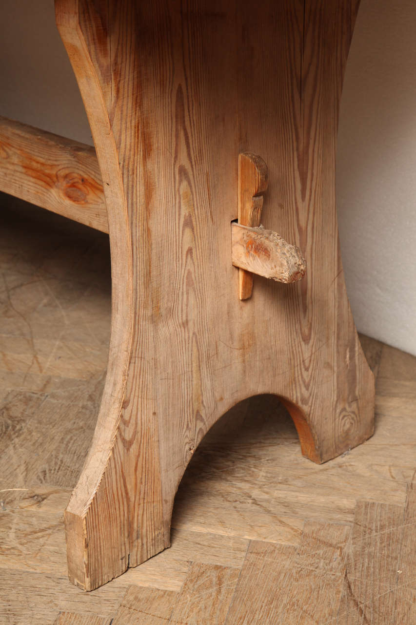 Pine Trestle End Table In Excellent Condition For Sale In New York, NY