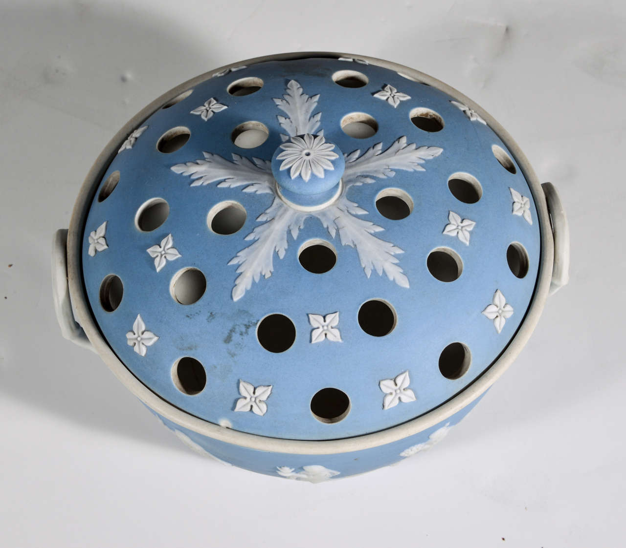 English Wedgwood Blue-dip Jasperware Stoneware Covered Potpourri Bowl In Excellent Condition For Sale In Dallas, TX