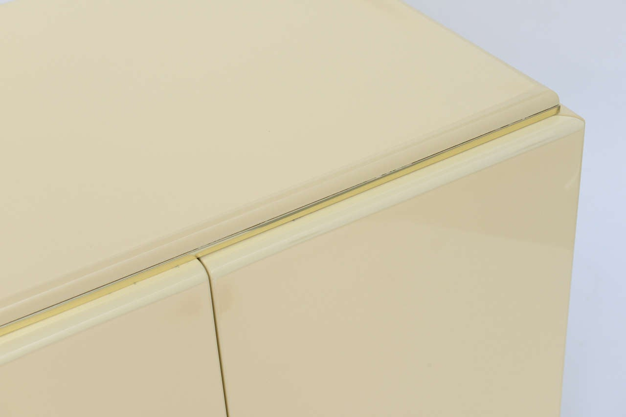 Late 20th Century Pair of Rougier Streamline Moderne Style Cream Lacquer Bedside Tables For Sale