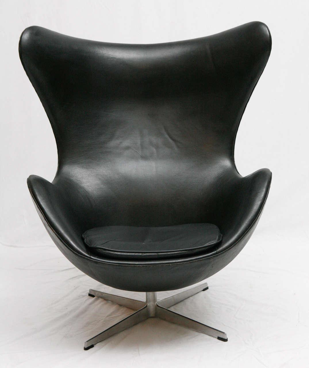 vintage black leather arne jacobsen egg chair at 1stdibs. Black Bedroom Furniture Sets. Home Design Ideas