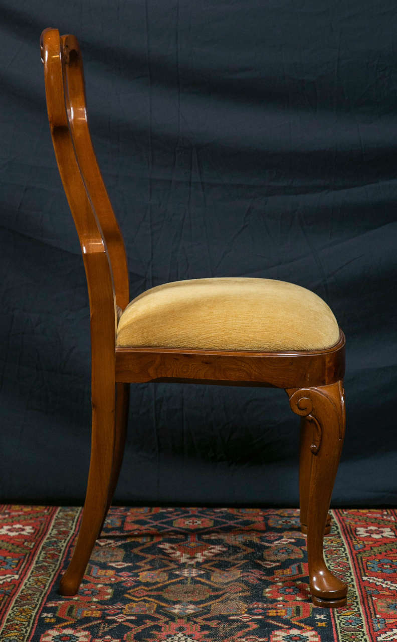 Veneer Walnut Queen Anne Style Dining Chairs / 2 Arms and 8 Sides  For Sale
