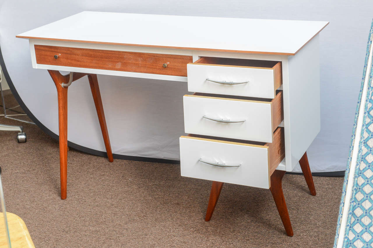 In the 1950s, the teak wood was reserved for the top line of American furniture. This teak and lacquer desk made by RWAY (American manufactory) has been nicely refinished. Natural wood highlights in clear lacquer stand out like never before. The