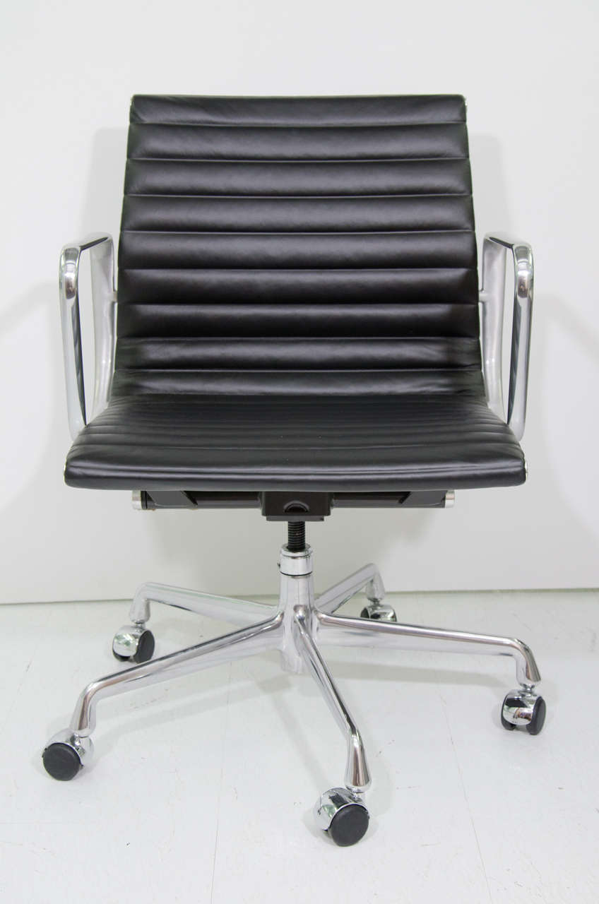Exceptionnel A Pair Of Eames Aluminum Group Management Chairs. They Are Both Classic And  Contemporary.