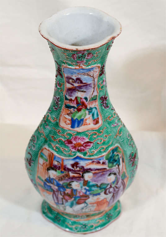 A Pair of 18th Century Chinese Porcelain Vases image 2
