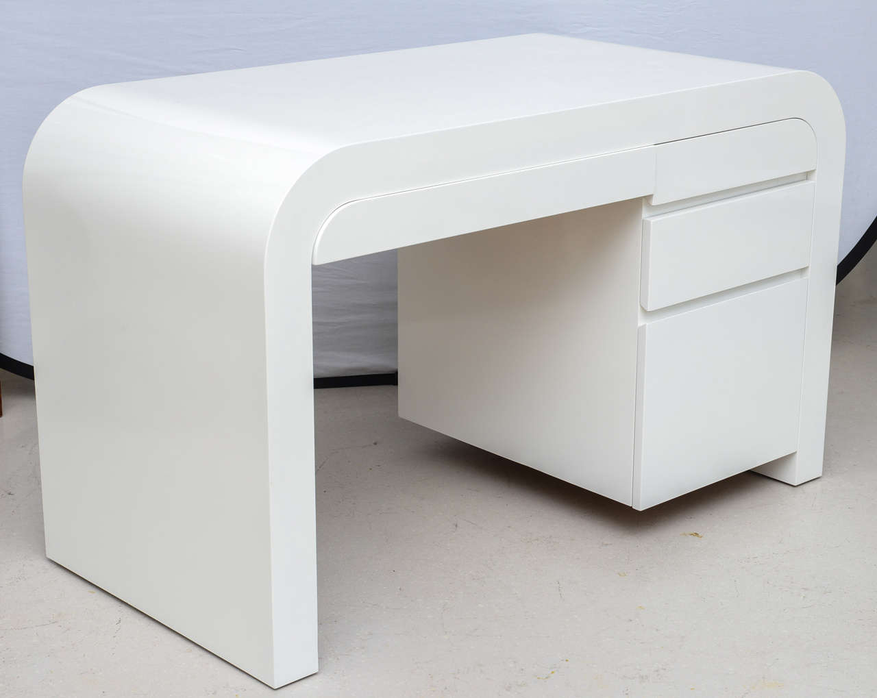 Mid-Century Modern White Lacquer Desk at 1stdibs