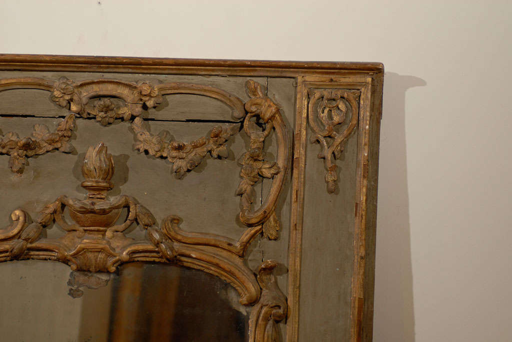 French 18th Century Painted and Gilt Trumeau Mirror with Carved Scrolled Decor In Good Condition For Sale In Atlanta, GA