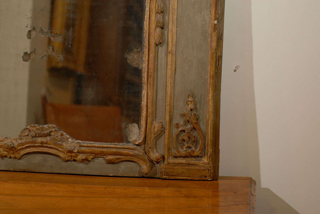 French 18th Century Painted and Gilt Trumeau Mirror with Carved Scrolled Decor For Sale 1