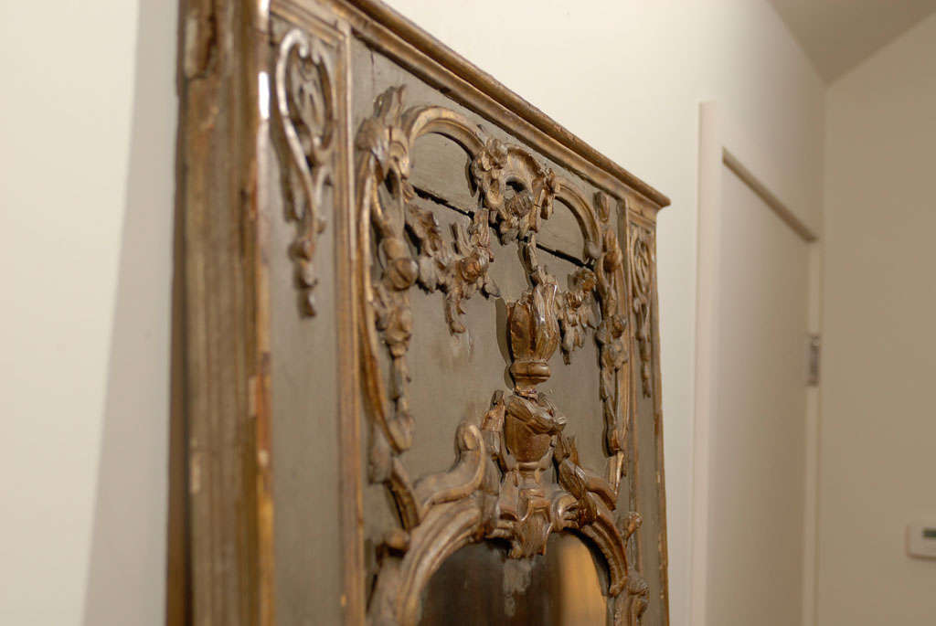 French 18th Century Painted and Gilt Trumeau Mirror with Carved Scrolled Decor For Sale 3