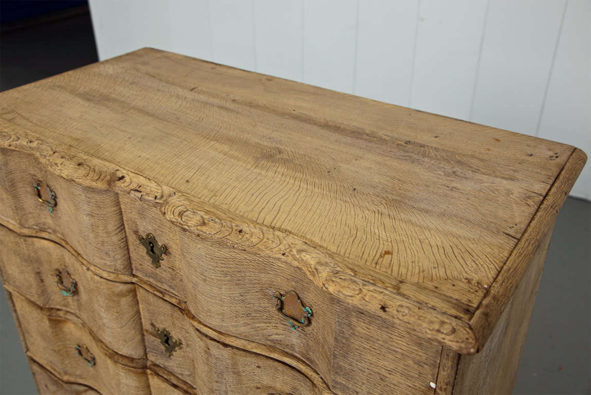 Precious 19th Century Belgian Light Oak Serpentine Commode For Sale 2