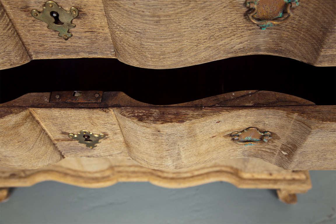 Precious 19th Century Belgian Light Oak Serpentine Commode For Sale 4