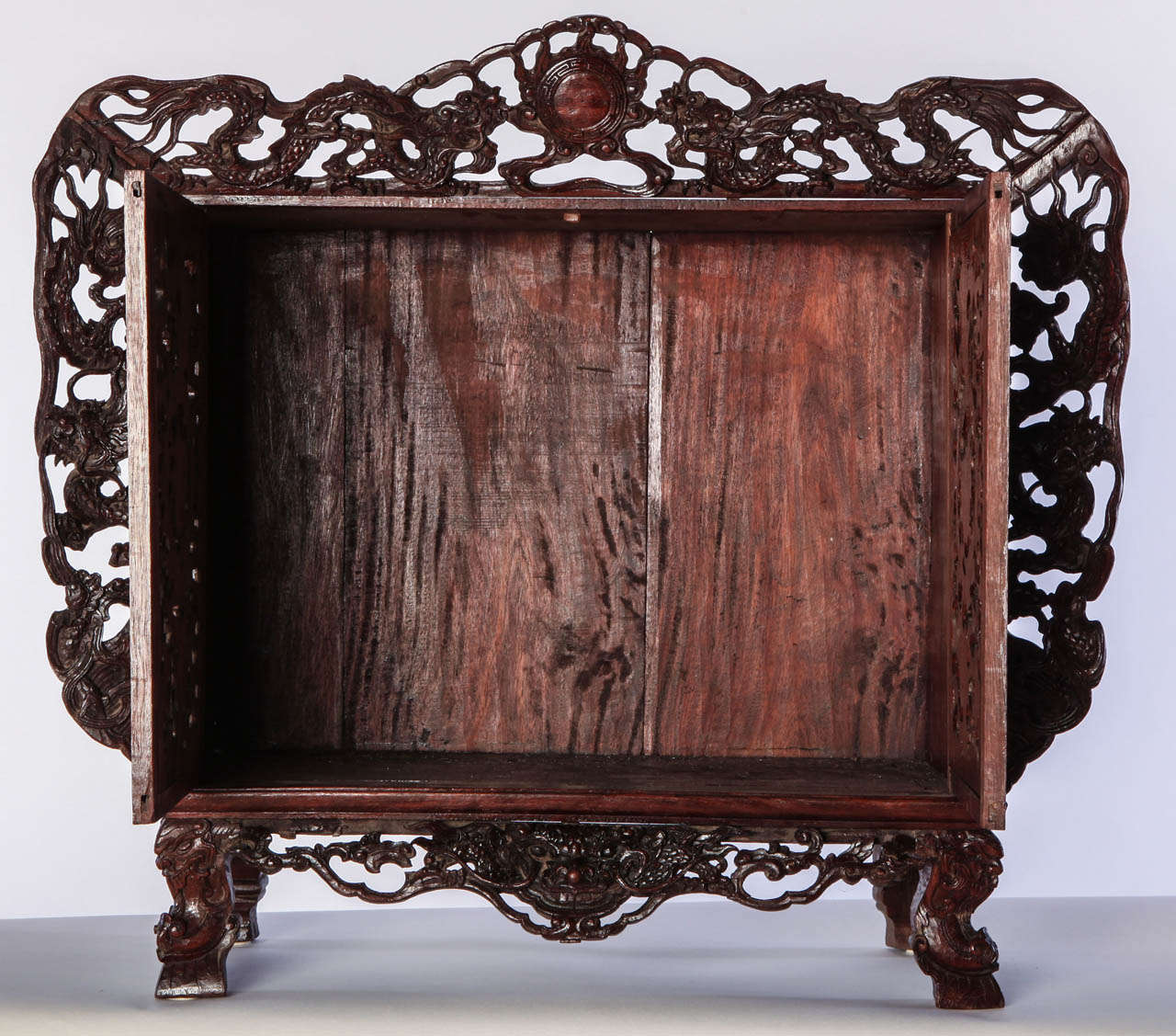 A Chinese  small openwork wood cabinet depicting Dragons In Good Condition For Sale In Rome, IT