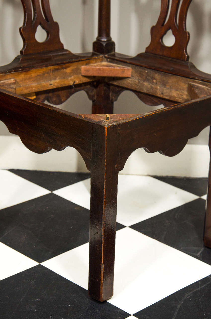 18th Century Irish Corner Chair In Excellent Condition For Sale In New York, NY