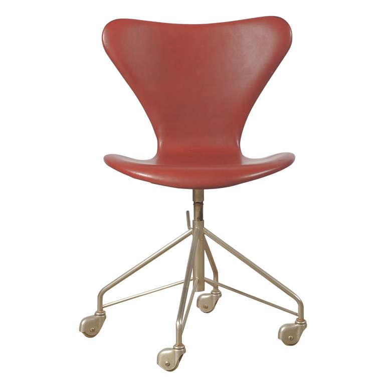 Arne jacobsen series 7 office chair model 3117 at 1stdibs for Chaise serie 7 arne jacobsen 1955