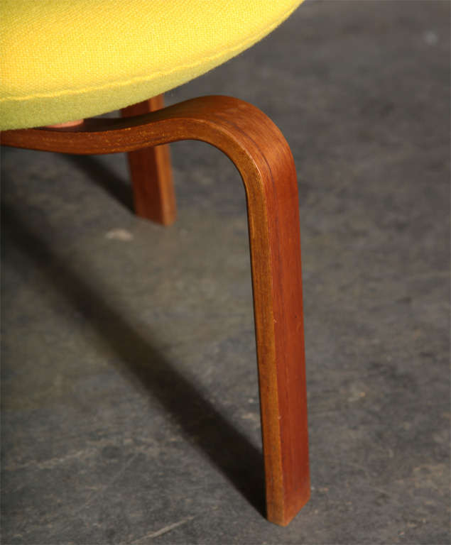 Swan Chair with Wooden Legs by Arne Jacobsen 3
