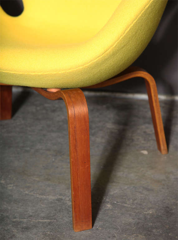 Swan Chair with Wooden Legs by Arne Jacobsen 4