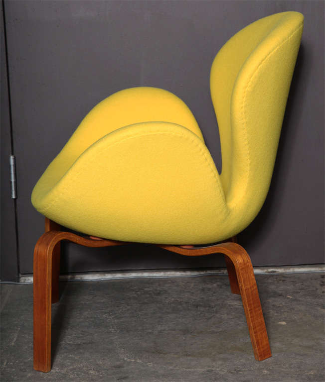Swan Chair with Wooden Legs by Arne Jacobsen 5